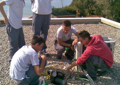 Reparación de máquinas de aire acondicionado por alumnos de escuela taller.